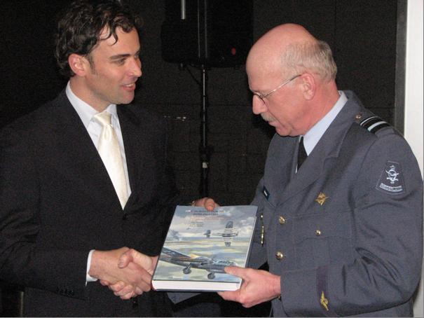 Overhandiging van een exemplaar aan de Plv Commandant van de Luchtmacht (@SGLO)