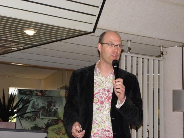 Ruurd Kok tijdens zijn lezing over Archeologie van de luchtoorlog (SGLO - collectie W. Buising)