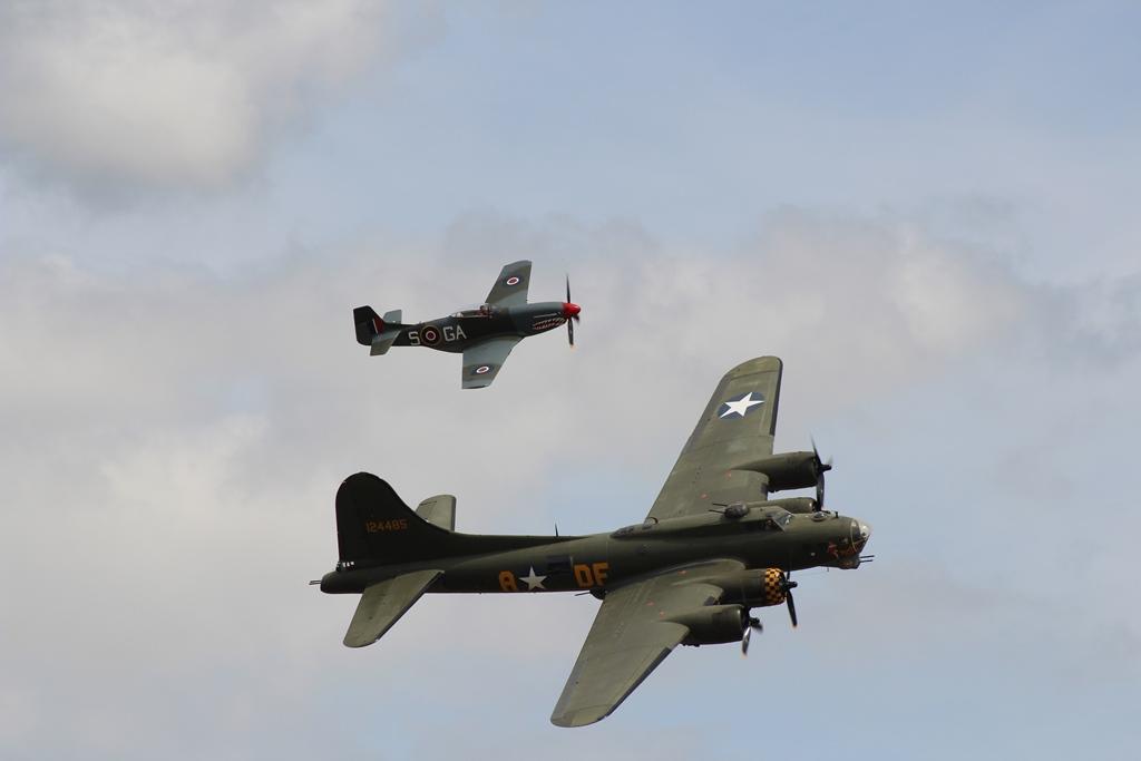 """De Boeing B-17 """"Sally B"""" met een P-51 als escorte (SGLO – @P. Righart van Gelder)"""