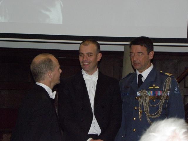 Erwin van Loo geflankeerd door de paranimfen Paul van Harten en Marc Kruyswijk (SGLO – @W. Buising)