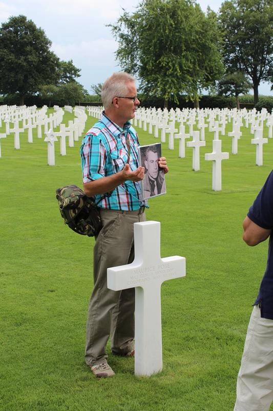 Onze gids Arie-Jan bij het graf van Maj Gen M. Rose de hoogste militair die op Margraten ligt (SGLO - @P. Righart van Gelder)