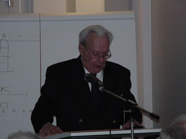 Kapitein ter Zee Vlieger b.d. C.G. Smits tijdens zijn presentatie over 860 Squadron (SGLO – Archives)