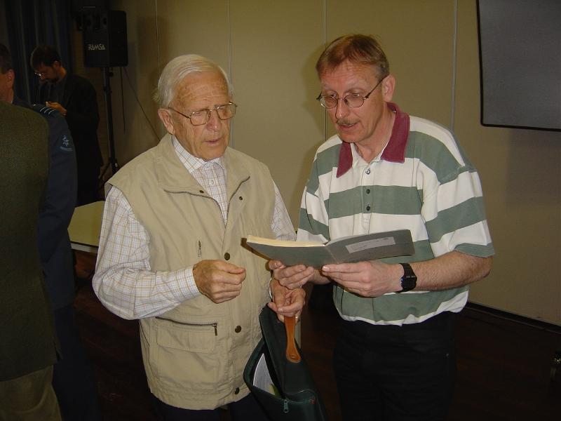 Henk Koopman en Wout van den Hout druk in de weer met het uitwisselen van onderzoeksresultaten (SGLO – Archive)