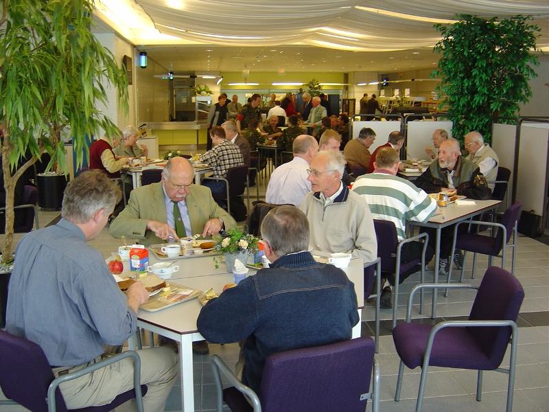 Lunch in het KEK-gebouw op de kazerne (SGLO – Archive)