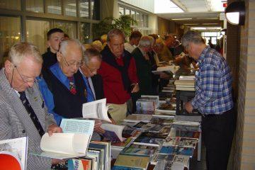 De boekendienst mocht natuurlijk niet ontbreken (SGLO – Archive)
