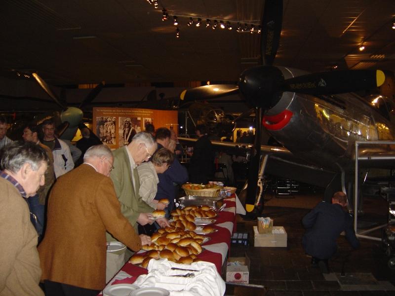 Lunch in het museum tussen de vliegtuigen (SGLO – Archive)