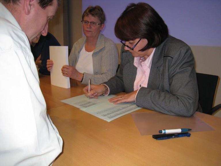 De dames zorgde voor de administratie bij de uitgifte van het Verliesregister (SGLO – Archive)