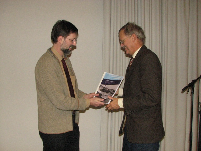 Piet Kamphuis, directeur van het NIMH ontvangt het tweede exemplaar (SGLO – Archive)