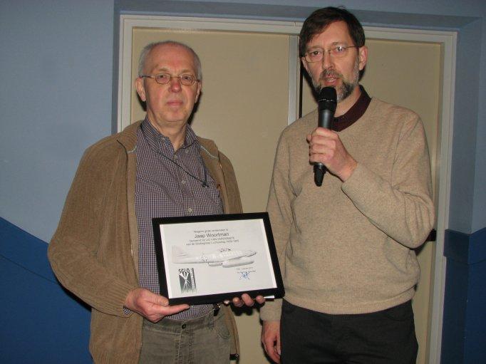 Scheidend secretaris Jaap Woortman (links) nam op de Landelijke Bijeenkomst op 27 maart 2010 afscheid en werd door Peter Grimm (rechts) benoemd tot Lid van Verdienste (SGLO – Archive)
