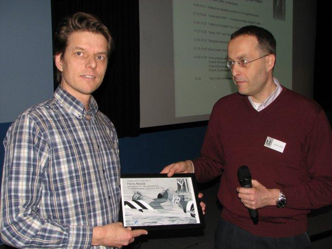 De eerste daad van de nieuwe voorzitter Ivo de Jong (rechts) was de benoeming tot Lid van Verdienste van Hans Nauta (links). (SGLO – Archive)