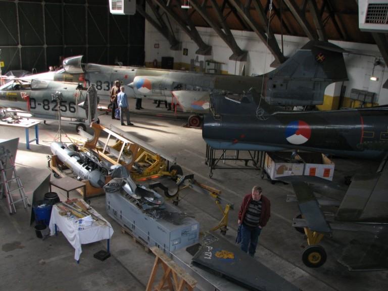 De oude Duitse hangaar bied nu ruimte aan diverse restauratie projecten (SGLO – Archive)