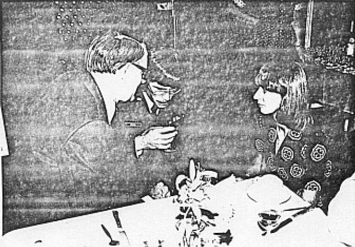 Een gezellig onderonsje tussen Captain Peck, onze A.P. de Jong en Mej. Boom(SGLO – Archive)