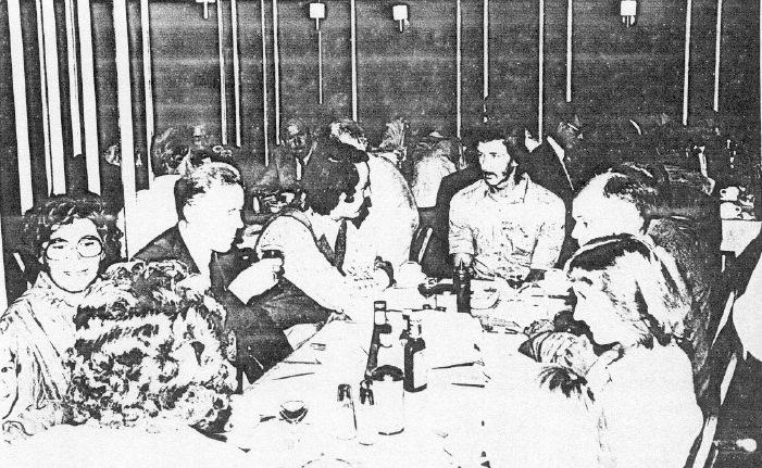 Natuurlijk gaat het gesprek ook tijdens de lunch over de luchtoorlog. En de dames hadden het waarschijnlijk over de dure koffieprijzen! (SGLO – Archive)