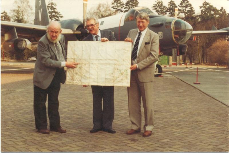 Dhr. Ab Jansen, Leo Zwaaf en Piet Klaassen voor de Neptune. Leo laat de route zien van een Lancaster van 487SQN die op 3 mei 1943 in Noord-Brabant neerkwam. (SGLO - Archive)