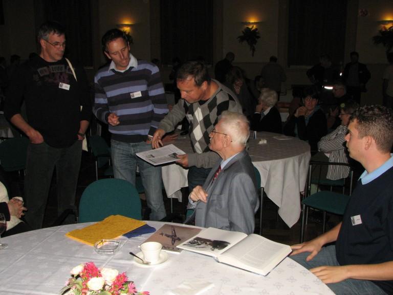 Tijdens de lunch stond Lt. Ernst Eduart Witt volop in de belangstelling bij onze leden (SGLO – Archive)