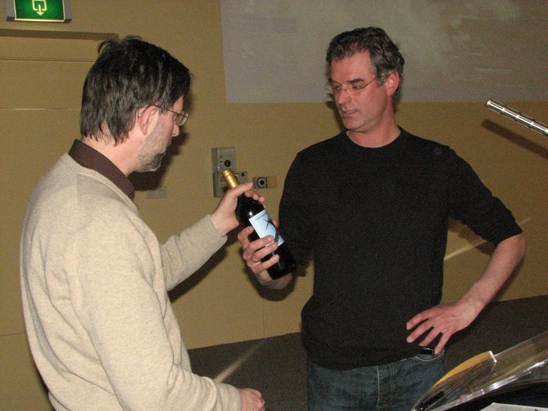 Theo Boiten krijgt de traditionele fles wijn na zijn presentatie over de Nachtjagd (SGLO – Archive)