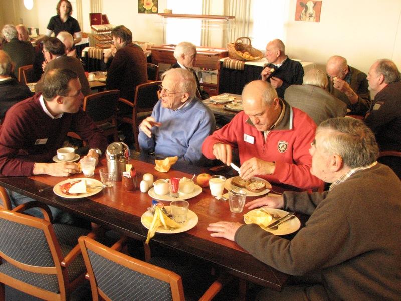 Links Ivo de Jong in gesprek met andere leden tijdens de lunch (SGLO – Archive)