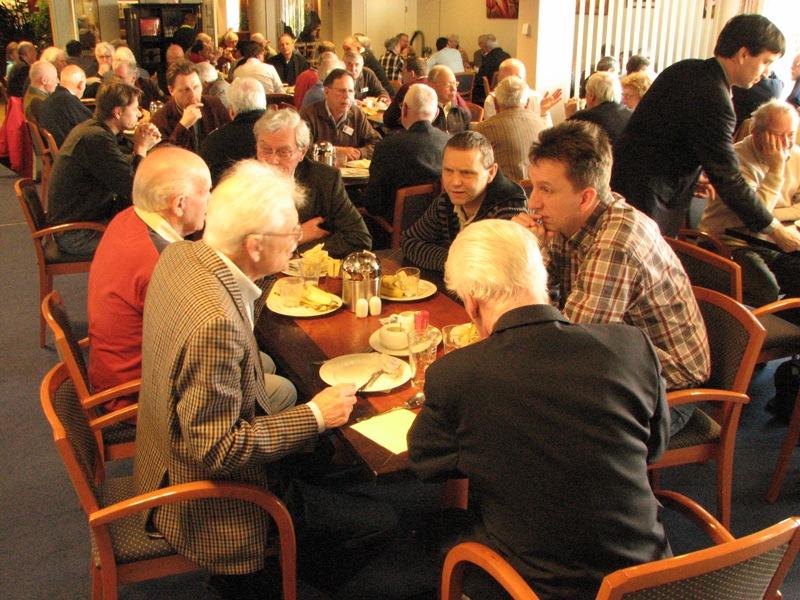 Links Johan Schuurman naast Ab Jansen, aan de rechterkant van de tafel Antoon Meijer en Wijbe Buising (SGLO – Archive)