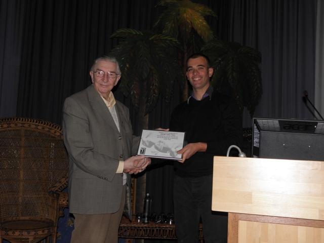 Henk Welting krijgt de oorkonde uitgereikt voor het Lid van Verdienste (SGLO - @W. Buising)