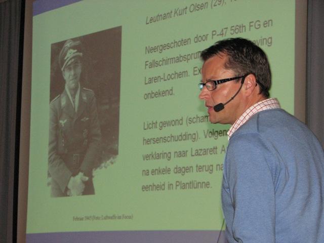John Manrho tijdens zijn presentatie over IV./JG 54 (SGLO - @H.M. van Sabben)