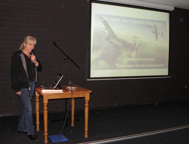Geheel tegengesteld hieraan was het verhaal van Marleen Jennissen over de Amerikaanse Kapitein Seitzinger van de 357 FG die naar aanleiding van haar uitgebreide onderzoek uit het verliesregister moest worden geschrapt omdat bleek dat bij net over de grens van het smalste stukje Limburg, in Duistsland, was neergekomen. Een verkapt eerbetoon aan Jan Hey, die haar hierbij coachte. Ook hier luisterde de zaal weer ademloos toe. (SGLO – @W. Buising)