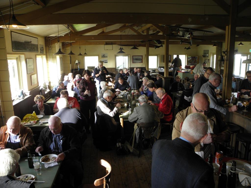 In de Officiersmess was het tijdens de lunch gezellig druk (SGLO – @W. Buising)