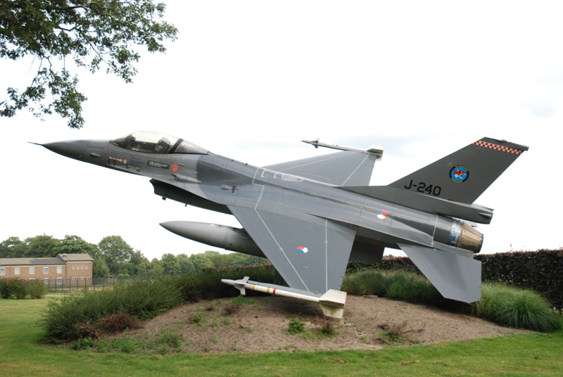 Bij de poort werden we opgewacht door o.a. deze F-16 (SGLO - @Peter van Kaathoven)