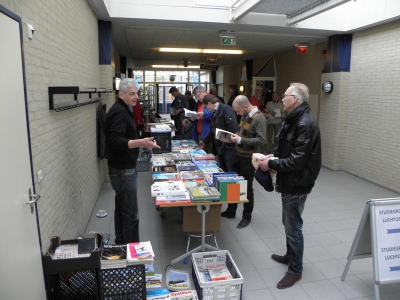 De boekendienst mocht natuurlijk niet ontbreken, de keuze was weer reuze! (SGLO – @W. Buising)