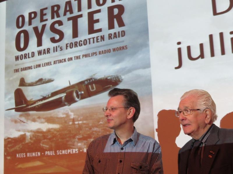 Paul Schepers hield een presentatie over Operation Oyster, de aanval op 6 december 1942 op de Philips fabrieken in Eindhoven waar zijn schoonvader Kees Rijken getuigen van was. (SGLO – @H.M. van Sabben)