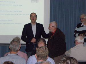 Ivo feliciteert Cor Janse met de koninklijke onderscheiding die hij heeft ontvangen (SGLO -@Wijbe Buising)