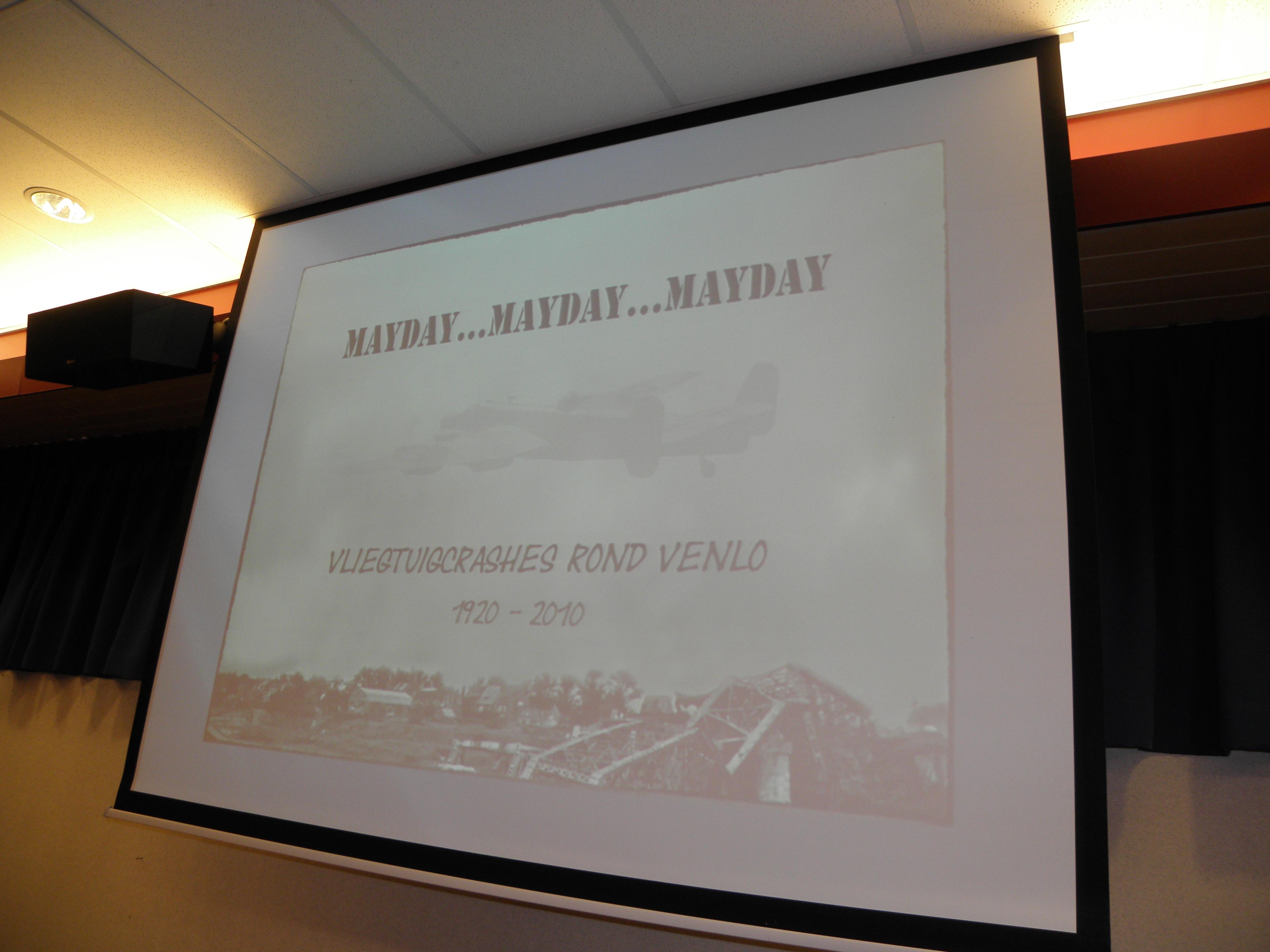 """Gedurende een korte presentatie mocht voorzitter Ivo de Jong het eerste exemplaar van Hub Groenevelds """"Mayday..Mayday..Mayday"""" in ontvangst nemen, een product van de uitgeverij van Aad Neeven en Harm van der Laan. (SGLO – @W. Buising)"""
