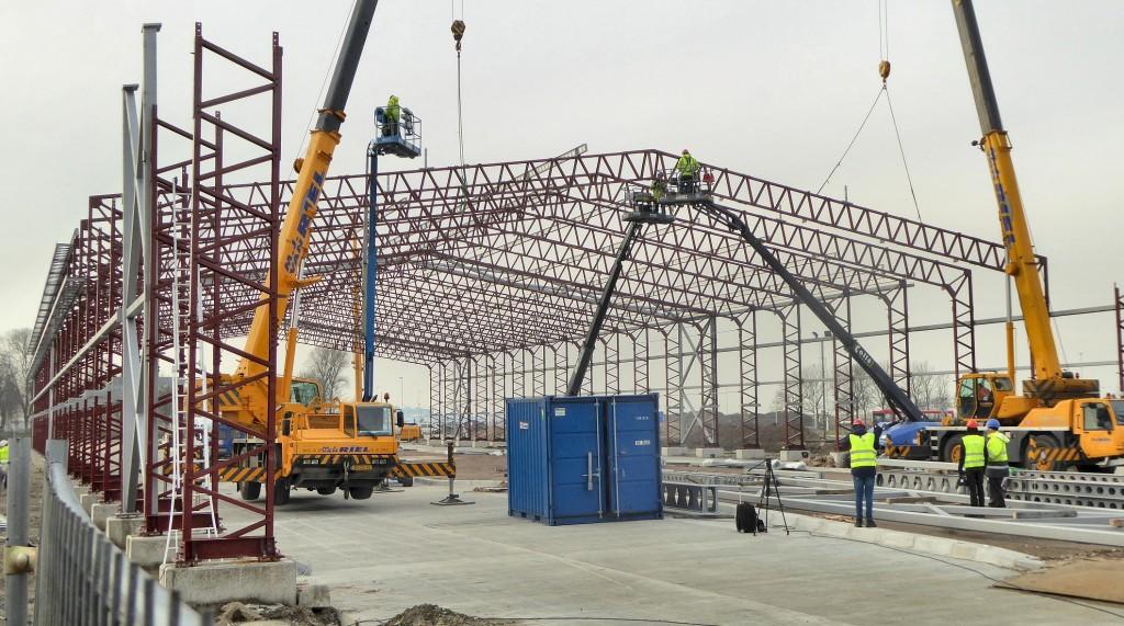 De T2 hangar wordt opgebouwd (Foto: Paul van den Berg)