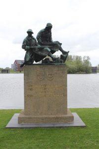 Monument aan de rand van het veld