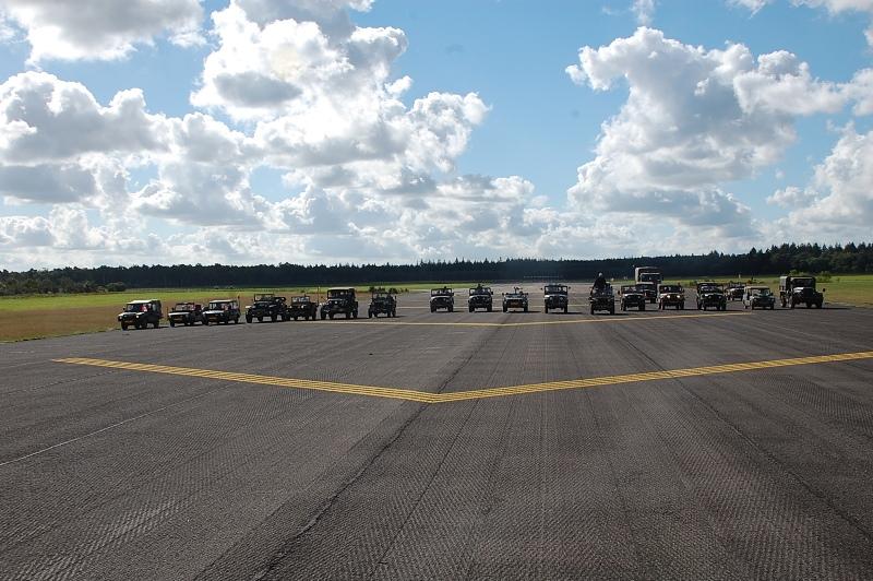 Alle aanwezige voertuigen op de brede landingsbaan van Deelen (SGLO – Collectie Ad van Zandvoort/Ton Bosmans)