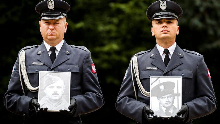 2017-09-06 11:49:10 AMSTERDAM – De stoffelijke resten van de Poolse luitenant Maciej Socharski en sergeant Henry Sikorski, worden met militaire eer herbegraven en bij hun maten van weleer geplaatst op de Nieuwe Ooster begraafplaats. De twee vliegers kwamen om het leven toen hun vliegtuig van het 305th RAF Squadron, de Wellington R1322, in 1941 werd neergeschoten. ANP REMKO DE WAAL