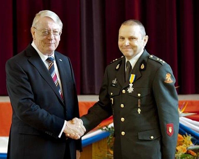 Een stralende Ridder Antoon Meijers met de Minister van Defensie drs. J.S.J. Hillen. (foto: Ministerie van Defensie)