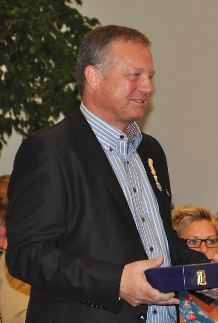 Herman Wijnhoven tijdens het uitreiken van zijn lintje. (foto Piet Spanjers, via bron)