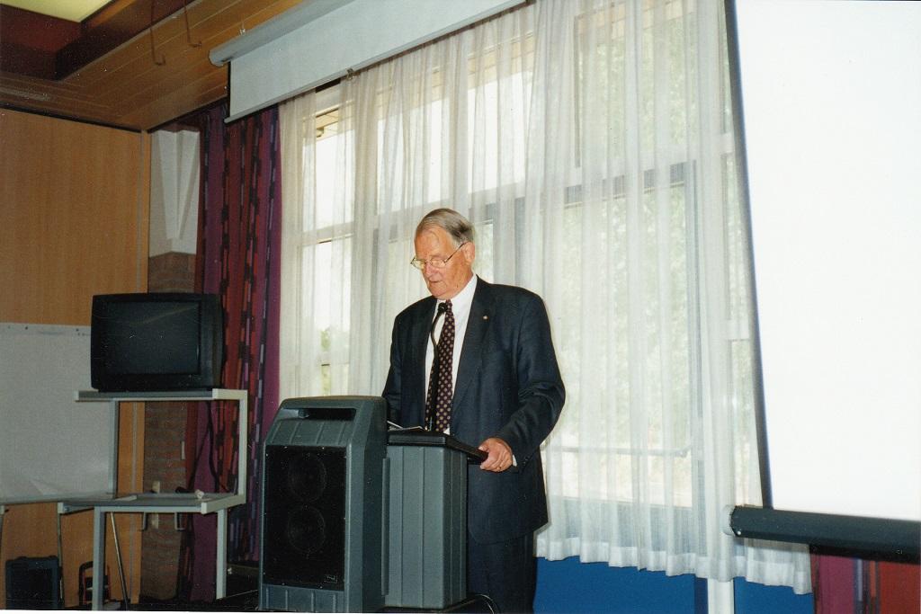 Aftredend voorzitter Arie P. de Jong tijdens de jubileumspeech (Foto: P.M. de Jong via Jaap Woortman)