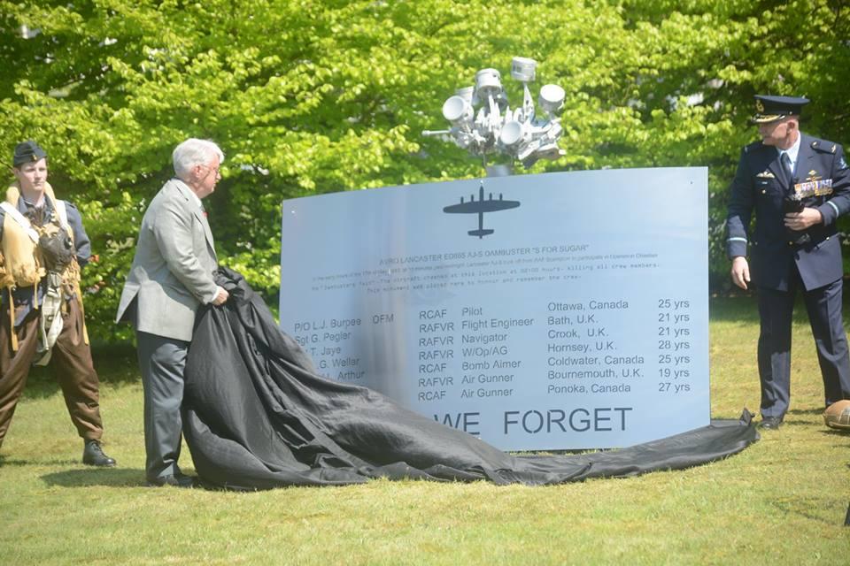 zoon van P/O L.J. Burpee had de eer het monument te onthullen (SGLO - @Peter van Kaathoven)