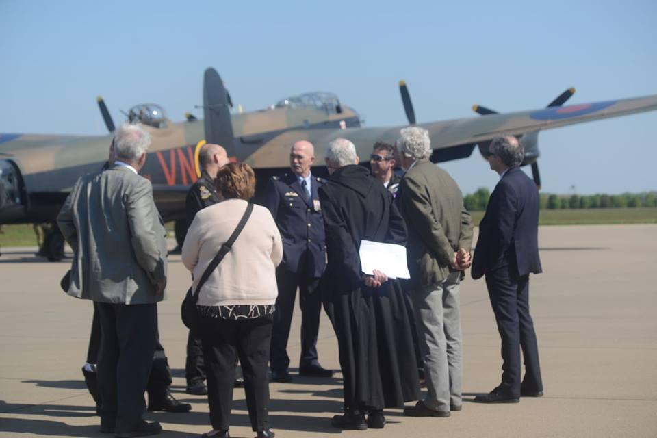 Nabestaanden in gesprek met de crew van de BBMF Lancaster (SGLO - @Peter van Kaathoven)