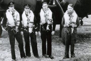 Juli 1942. Vlnr. Piloot Piet van Waart. Waarnemer Ad Bevelander. Vliegtuig telegrafist Edward Hoenson en Marinier airgunner Gerrit van der Wee. Bron IMH 1097-30.