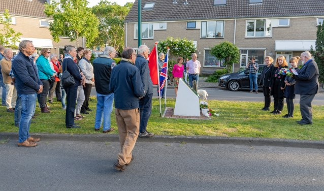 Bloemenleggen bij het Halifaxmonument te nagedachtenis aan de slachtoffers. (Foto: Wil van Elk)